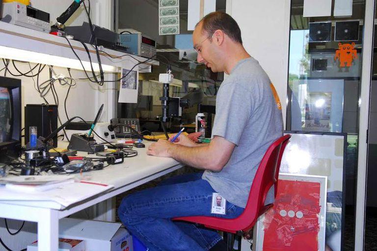 Ex empleado de Apple, Andy Rubin también trabajó como ingeniero en robótica en la compañía alemana Carl Zeiss antes de ingresar a Google