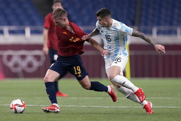Payero agarra a Olmo de la camiseta; más allá del empate en el final, la Argentina fue inferior a España
