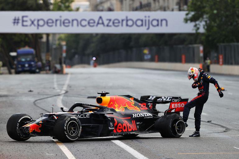 Max Verstappen patea su neumático trasero izquierdo que se pinchó lo hizo chocar contra la pared