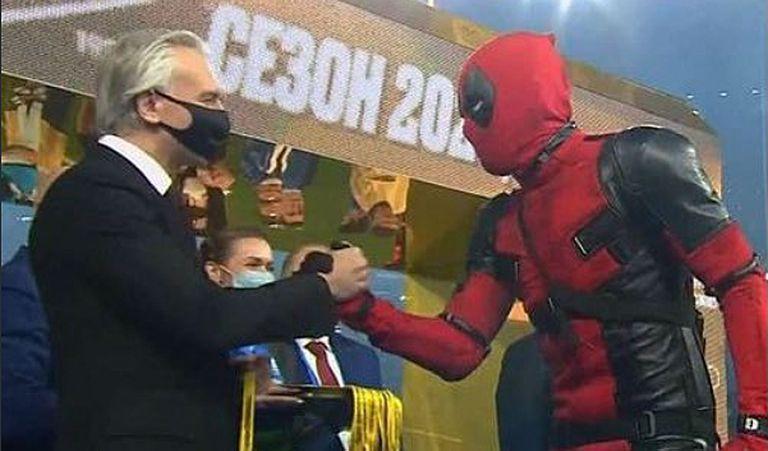 Artem Dzyuba subió a recibir su medalla de campeón de Rusia disfrazado de Deadpool