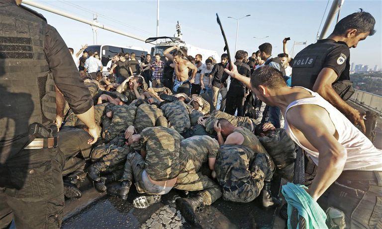 Soldados que apoyaron el intento de golpe de Estado fueron agredidos por civiles en el puente del Bósforo, ayer, en Estambul