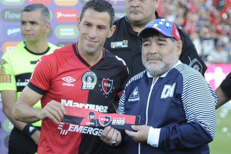 Maximiliano Rodríguez, una icono rojinegro, materializa un homenaje de Newell´s a Maradona en el último cruce con Gimnasia, al que ya dirigía el ex 10.