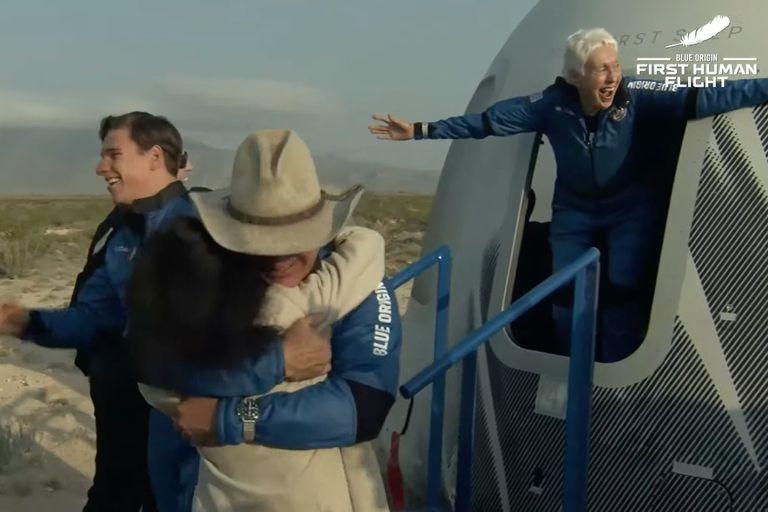 El momento en el que los tripulantes de la New Shepard salen de la cápsula espacial