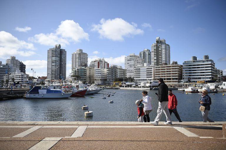 Personas pasean en el puerto de Punta del Este, en el departamento de Maldonado
