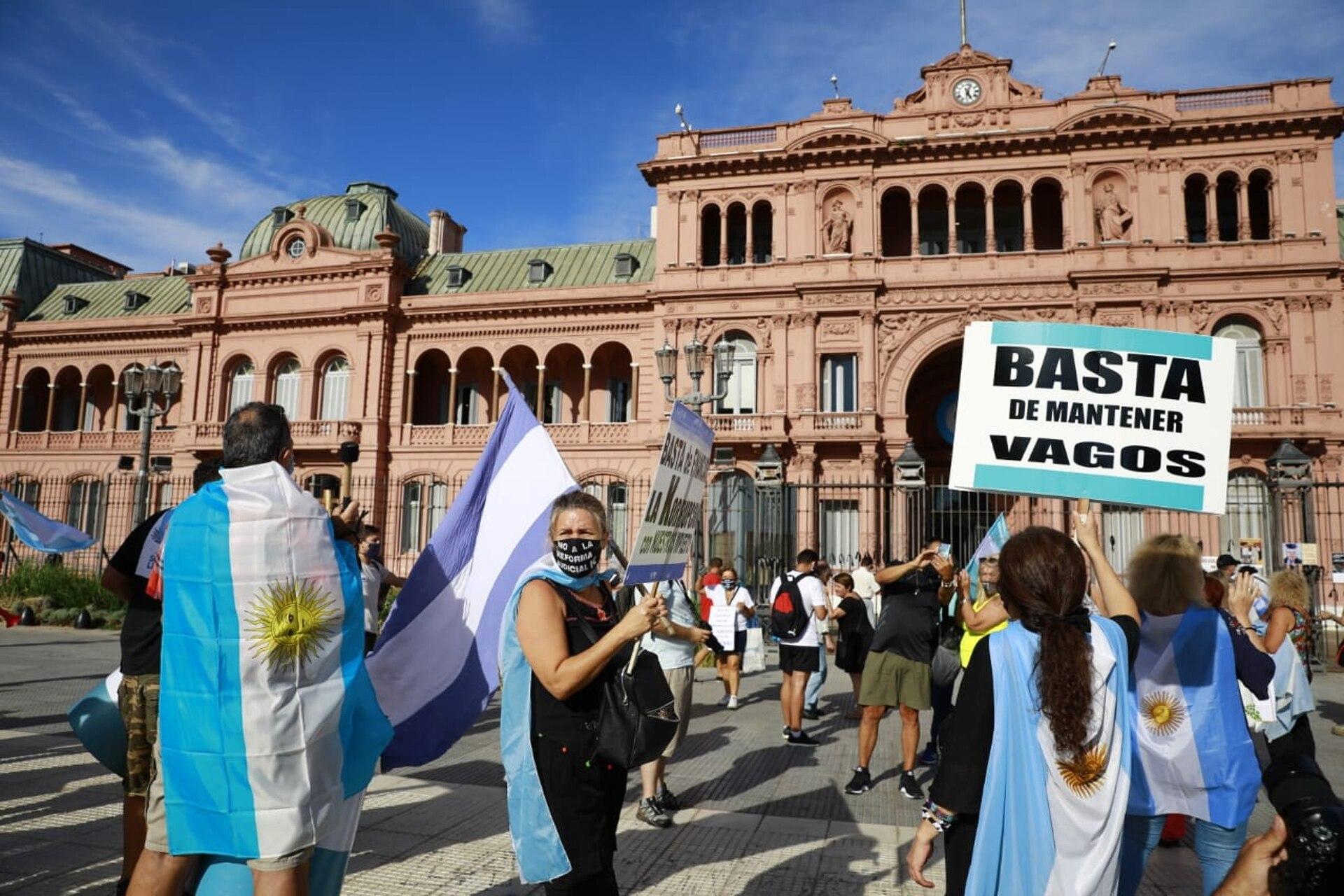 Los manifestantes llegaron frente a la Casa Rosada con pancartas con distintas consignas