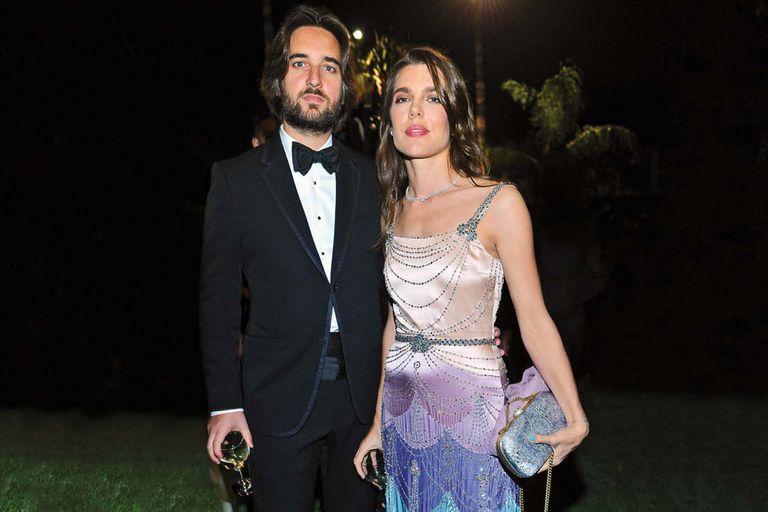 Charlotte Casiraghi y Dimitri Rassam, en una de sus primeras apariciones públicas, en una gala en Los Ángeles, en noviembre de 2017. FOTO: Getty Images