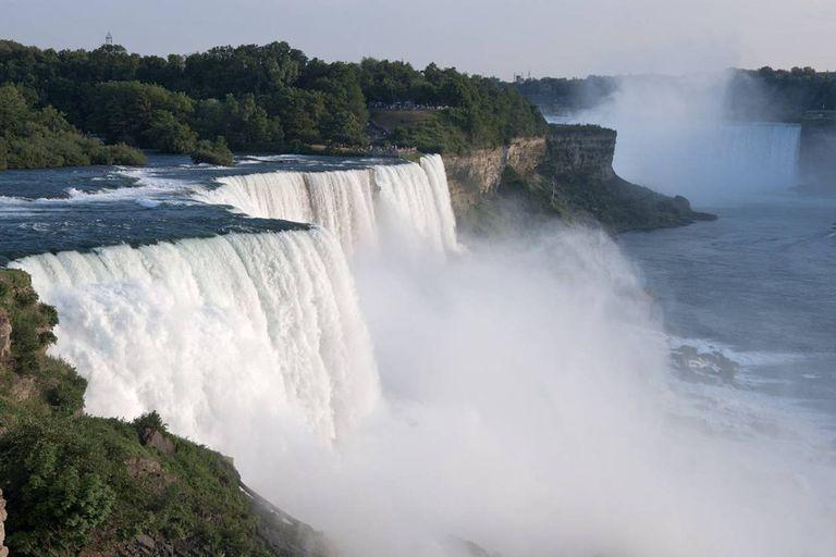American Falls, en las cataratas del Niágara, con las cascadas en su máximo esplendor