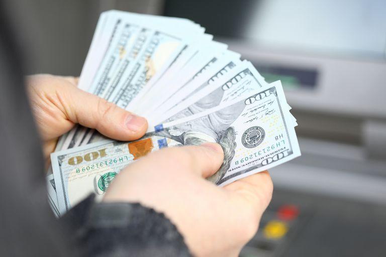 El dólar blue se posiciona en los $143 para la venta.