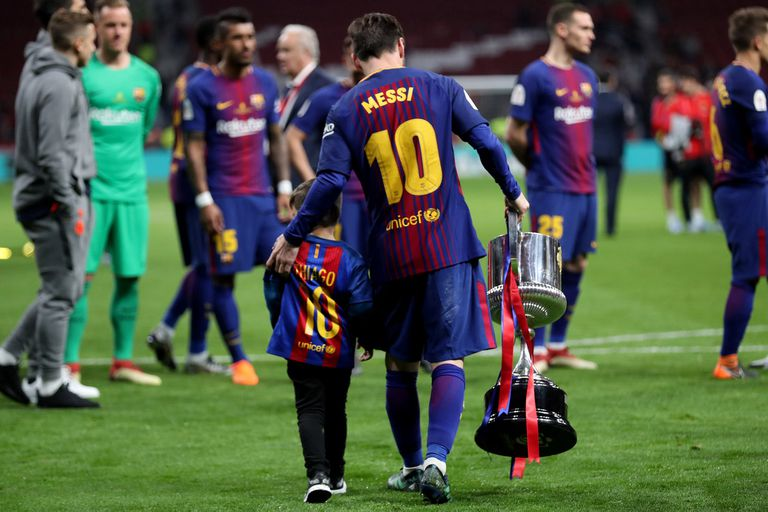 Messi con la Copa y Thiago.