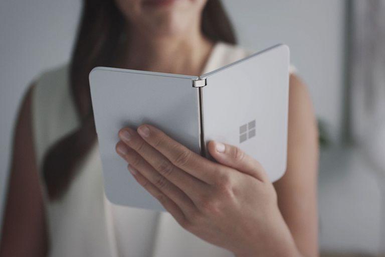 Una muestra del tamaño relativo del Surface Duo; el modelo por ahora no tiene cámaras traseras