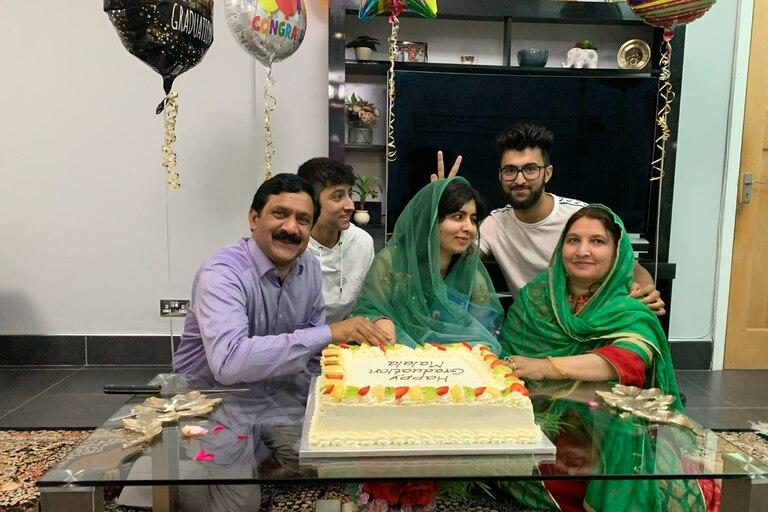 Malala: quisieron matarla por estudiar en su país y se recibió en Oxford