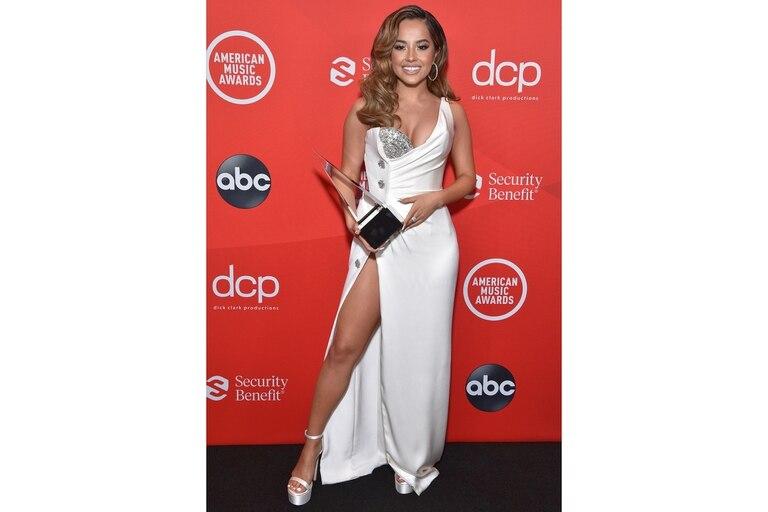 Becky G, de las más sexys de la entrega, con un vestido con gran tajo y un escote con detalles en plateado