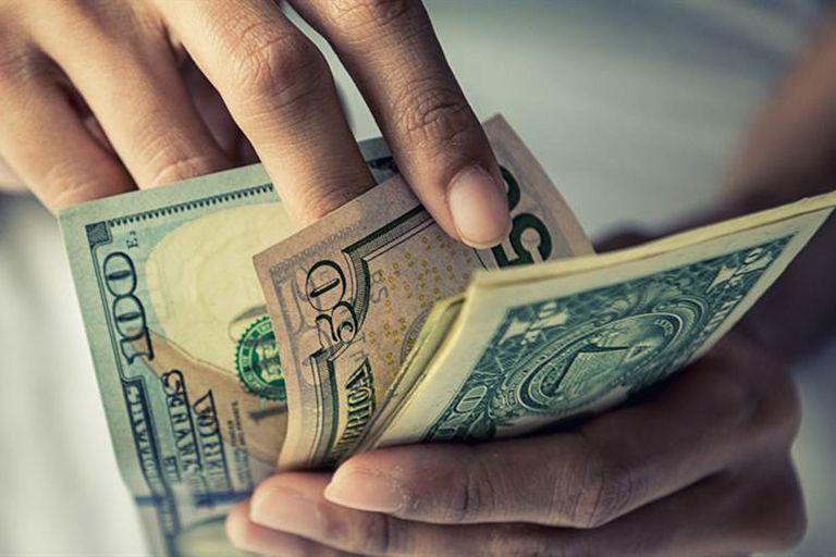 Cae el dólar