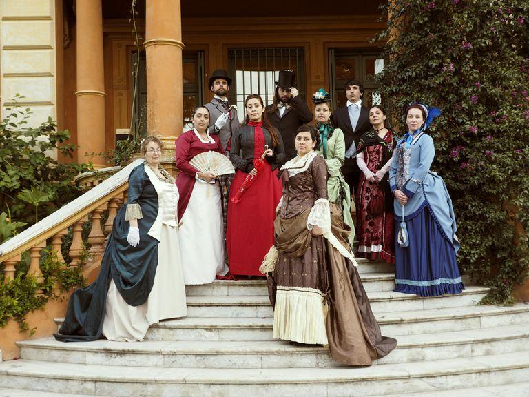 Se visten de época, se reúnen y recrean hechos históricos por hobby