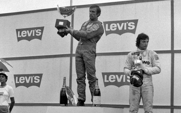 Reutemann en el podio del GP de Brasil 1981, el día que no aceptó cederle el puesto a su compañero Alan Jones