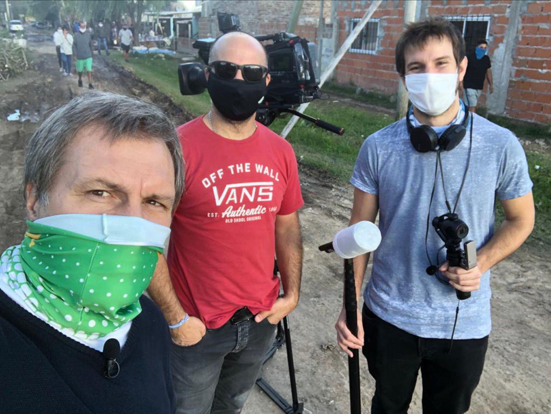 El periodista Guillermo Panizza al frente del trabajo en exteriores, acompañado por el camarógrafo Marcelo González y el asistente Pedro Kasparas. Durante diez meses cubrieron las necesidades urgentes en medio de la pandemia