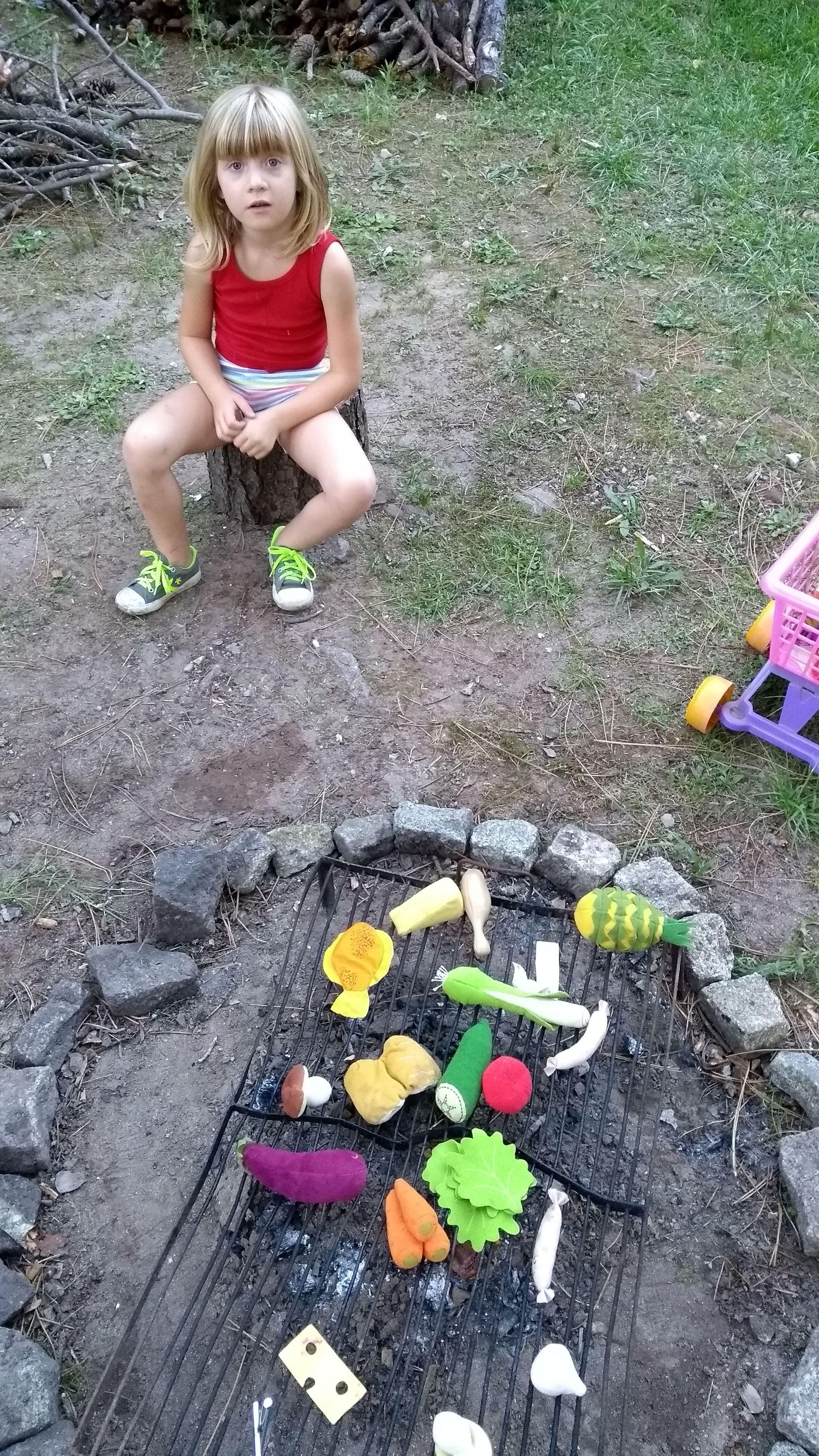 Esmeralda, su hija de 6 años, con quien sale a recolectar hierbas y frutos típicos del bosque de Pinamar.