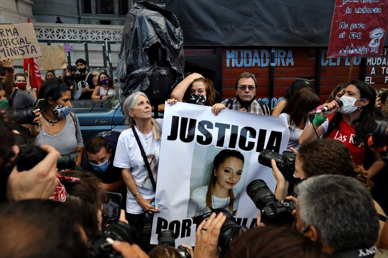 La madre de Úrsula Bahillo en la protesta frente a Tribunales