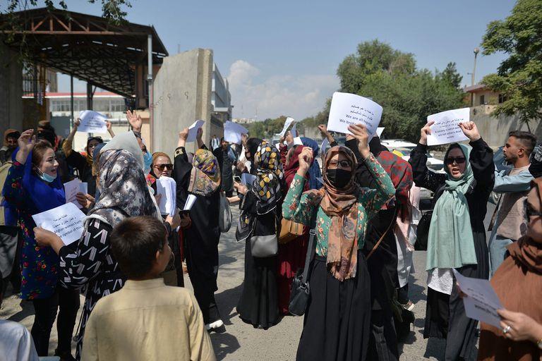 Este sábado las mujeres marcharon por tercera vez desde que los talibanes tomaron el poder de Afganistán para reclamar por sus derechos (AFP)