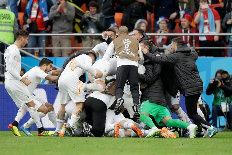 El uruguayo José Giménez celebra con su equipo después de anotar el gol de apertura de su equipo durante el partido del grupo A entre Egipto y Uruguay en la Copa Mundial de fútbol 2018