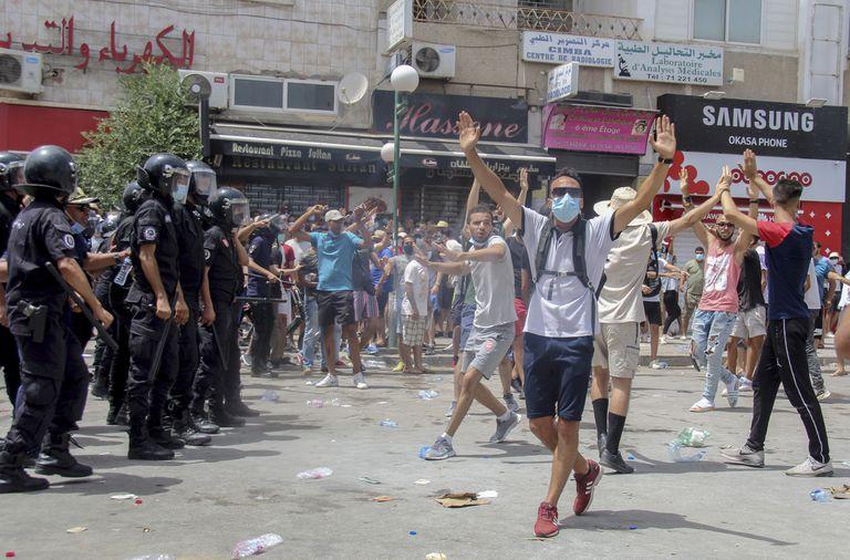 Nuevos enfrentamientos en las calles y destituciones se suman a la inestabilidad política en Túnez