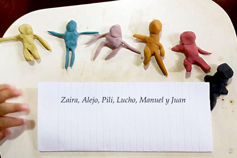 Los cuatro hermanos más pequeños realizaron esta actividad con plastilinas en la que representaron a los seis juntos; los nombres fueron cambiados para preservar su identidad