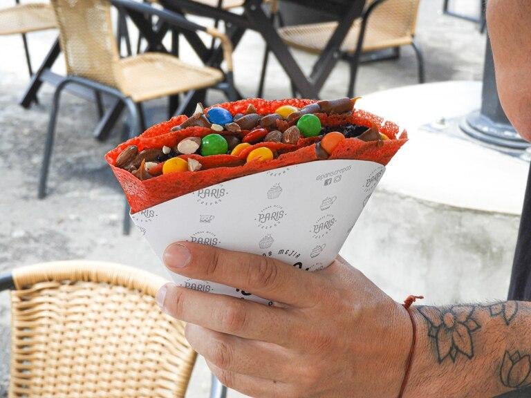 París Crepas te invita a disfrutar de sus crêpes dulces teñidas de color rojo.