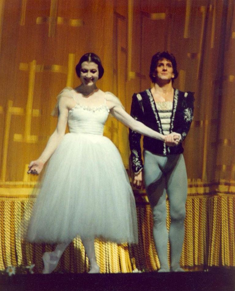 El saludo de la bailarina italiana Carla Fracci con Julio Bocca en el escenario del MET, después de su última función como Giselle en Nueva York