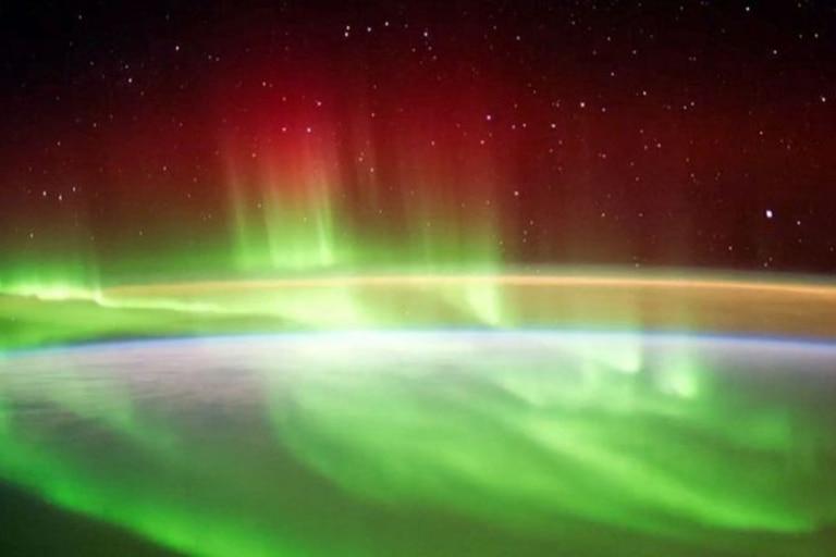 Rayos de luz que se levantan de la aurora, marcando el campo magnético de la Tierra