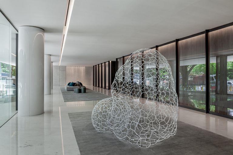 La crisálida de formas orgánicas recibe a los inquilinos en Sucre al 700. La diseñó Celina Saubidet (del estudio Cabinet Oseo) y formó parte de la colección Reinos, que se expuso en el Museo Nacional de Arte Decorativo