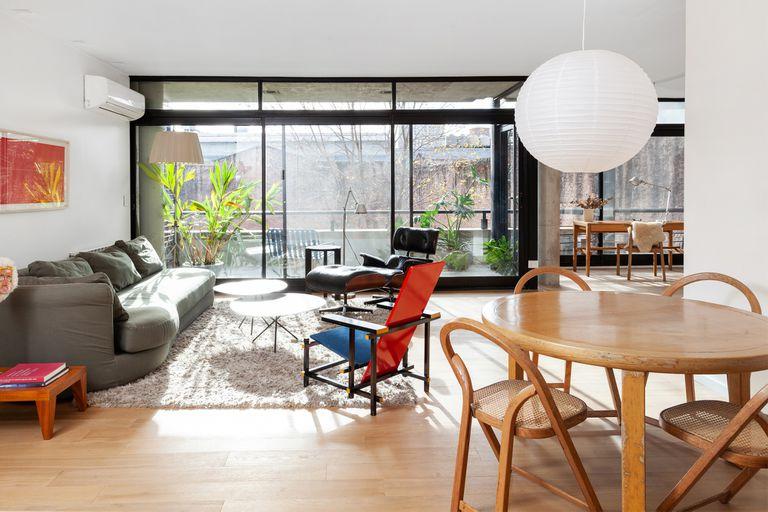 Una arquitecta convirtió una oficina en un hogar luminoso y minimalista para su hermano