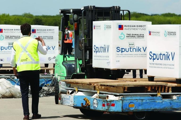 Al aeropuerto de Ezeiza llegan los aviones de Aerolíneas Argentinas con los cargamentos de la vacuna Sputnik V; mañana arribará el tercer envío