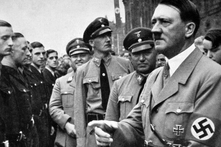 Adolf Hitler durante un mitin político nazi