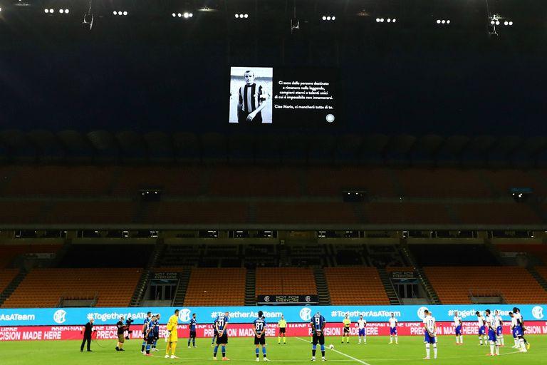 El minuto de silencio en memoria de Mario Corso, una de las leyendas del club de Milán.