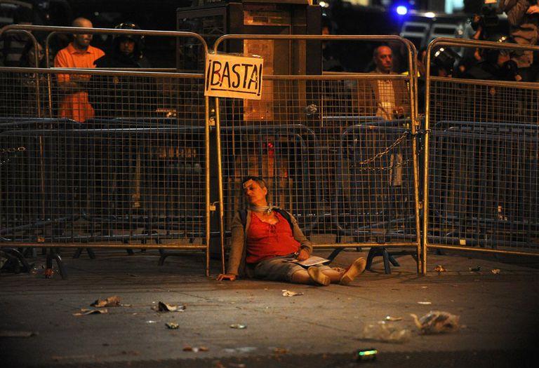 Una mujer herida, durante una manifestación de los ''indignados'', en España