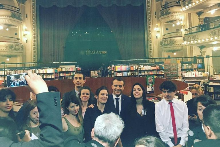 El presidente de Francia estuvo en la librería El Ateneo y se sacó fotos con los vecinos de Recoleta