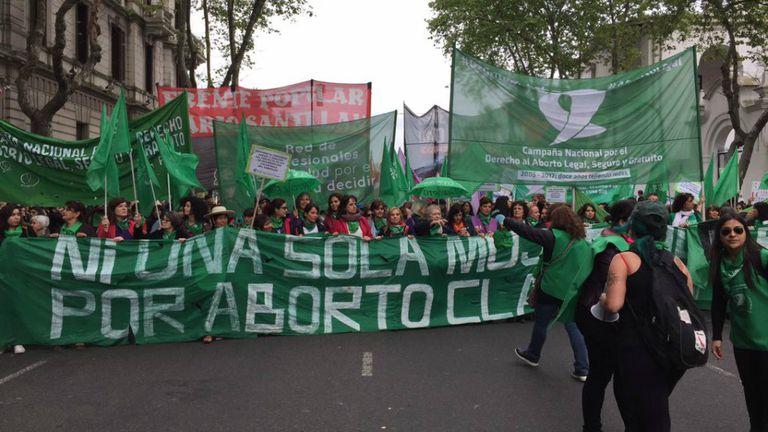 Manifestantes marchan para pedir por la despenalización del aborto