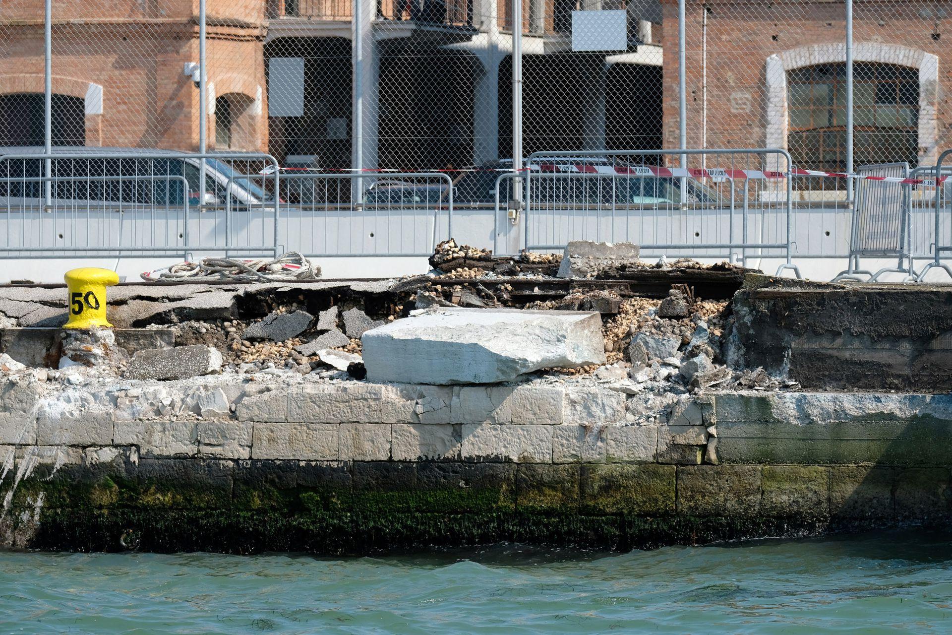 Así quedó el muelle de San Basilio luego de que el barco chocara contra él