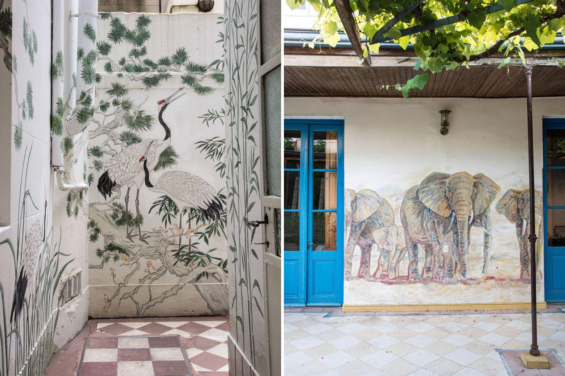 Izquierda: Bambúes y pájaros habitan y le dan vida al patio interno del taller de la artista plástica Cecilia Ibarguren. Con un estilo oriental, los trazos colonizan el pequeño espacio y disimulan los caños y salientes de las paredes. Derecha: Una familia de elefantes, obra del arquitecto Bernardo Ezcurra, sorprende con originalidad en la galería de una casa chorizo, construida a principios de siglo XX.