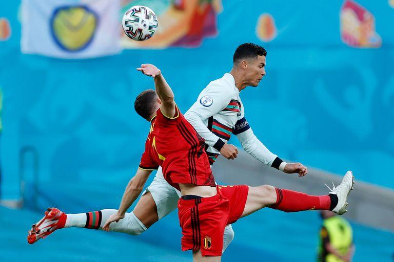 Cristiano Ronaldo y Thomas Vermaelen pelean por la pelota durante el partido de Eurocopa que disputan Portugal y Bélgica.
