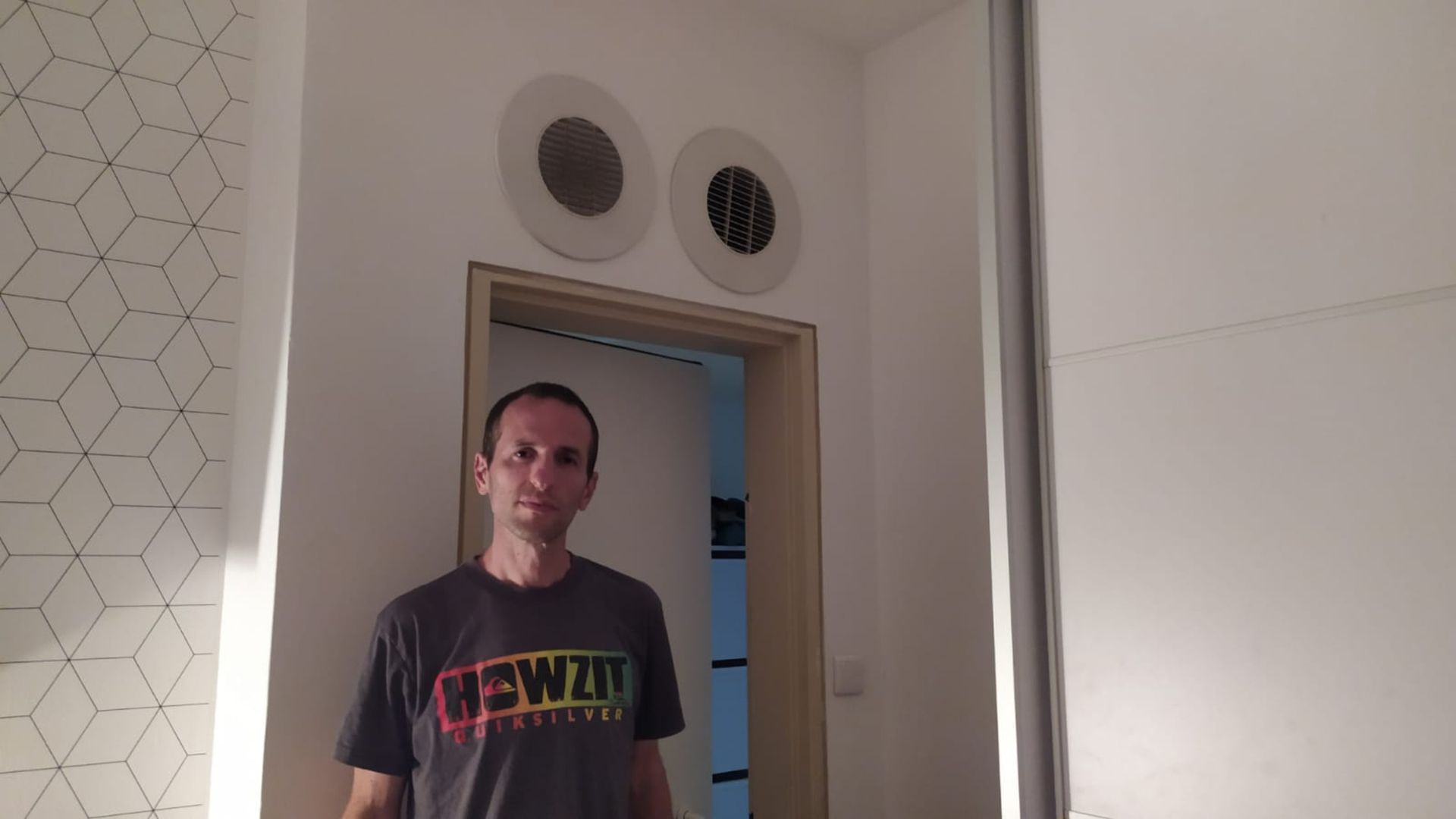 Leonel parado en la entrada del cuarto de la casa de sus suegros que funciona como refugio.