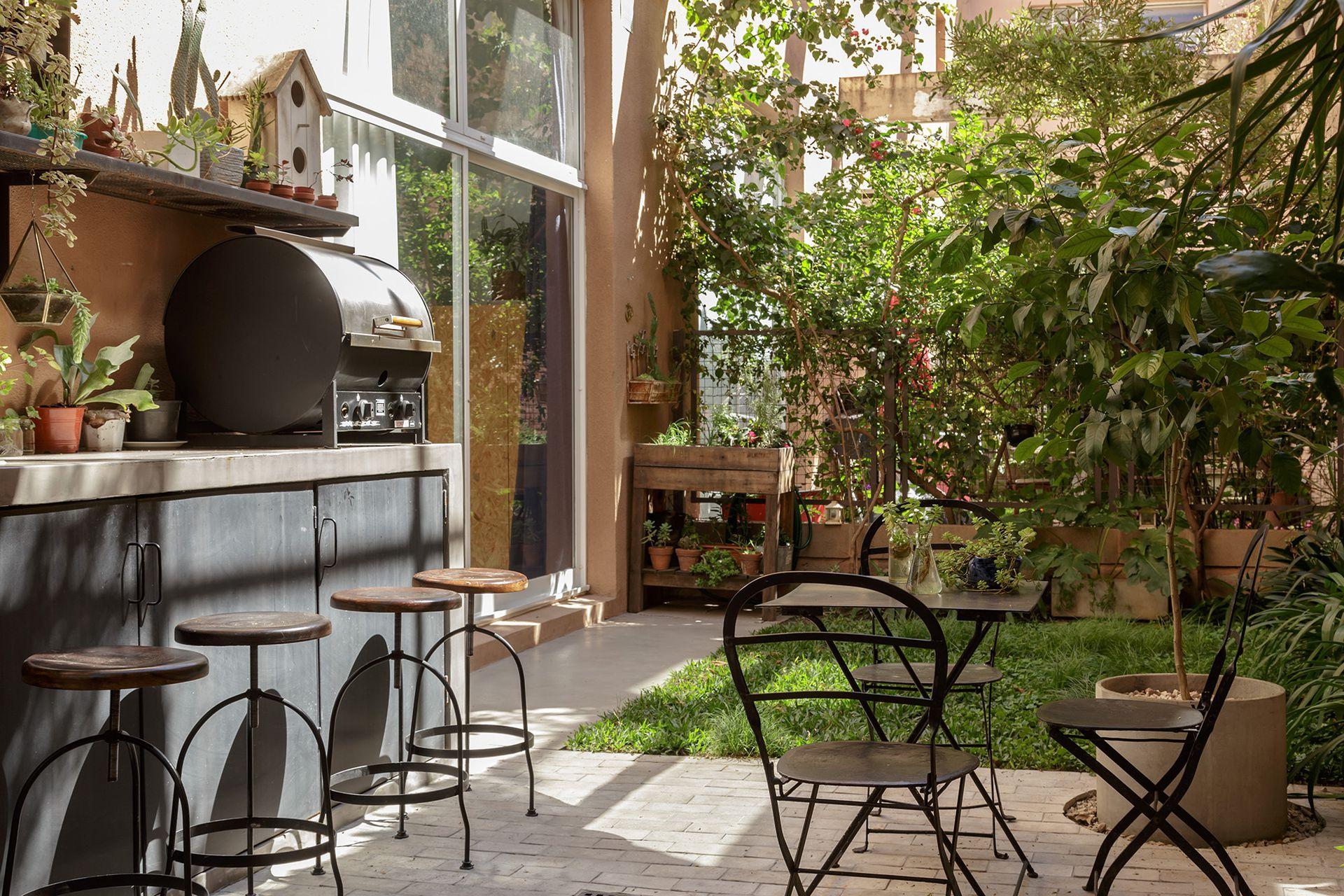 Junto a la salida desde la cocina, huerta con aromáticas (Plantero) y pisada de grama bahiana.