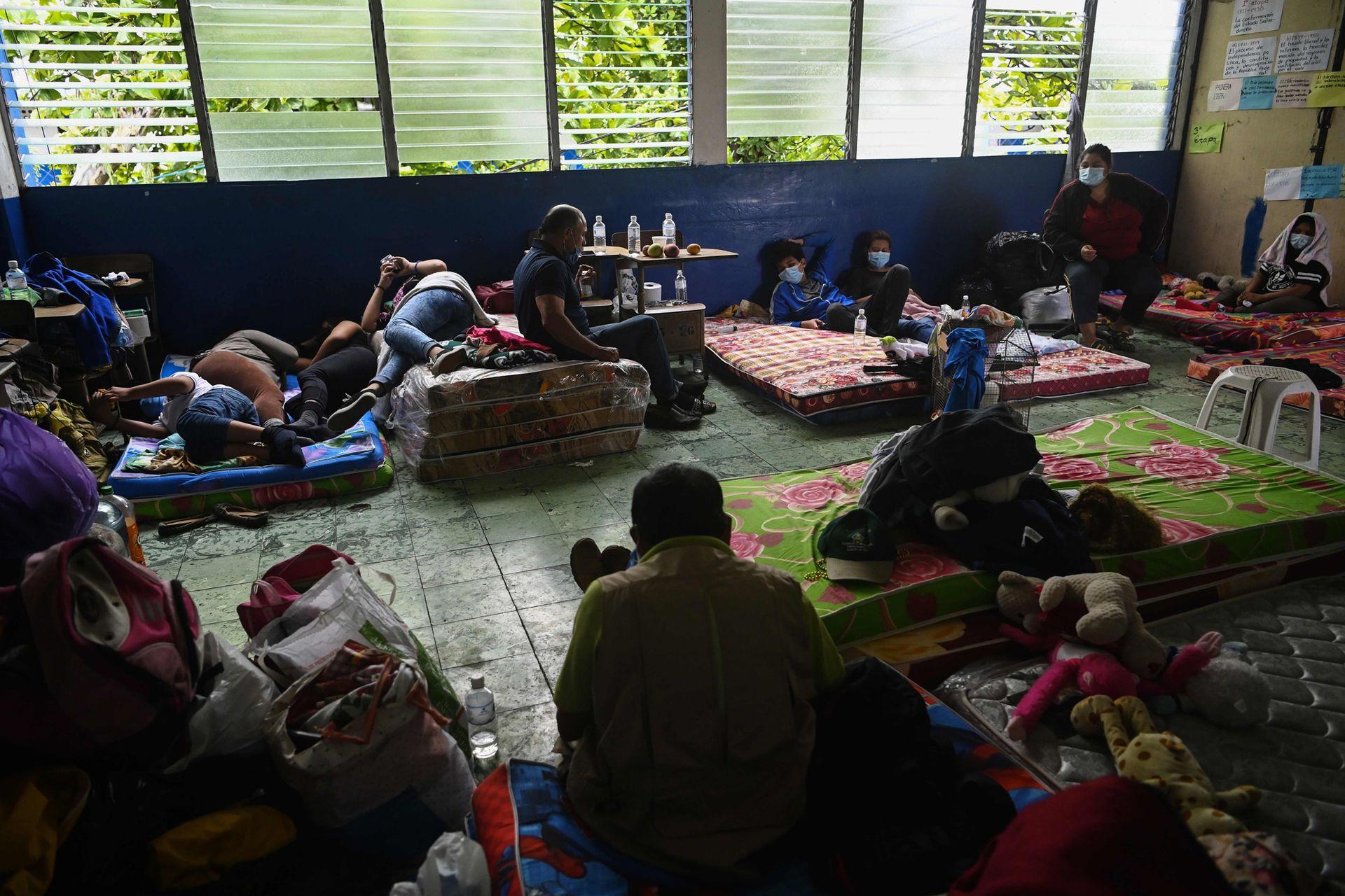 Cuando más se necesita tener distancia social, muchas familias debieron refugiarse en improvisados centros para los damnificados por la tormenta