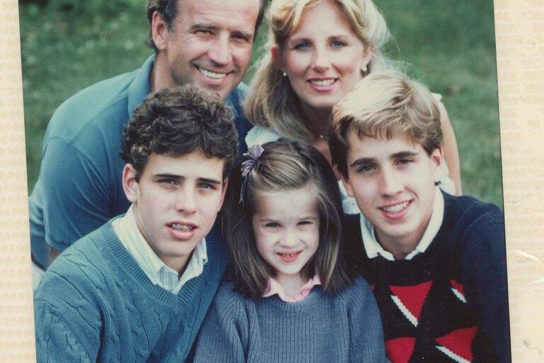 Joe Biden, junto a su esposa, Jill, y sus hijos, el difunto Beau, Hunter y Ashley