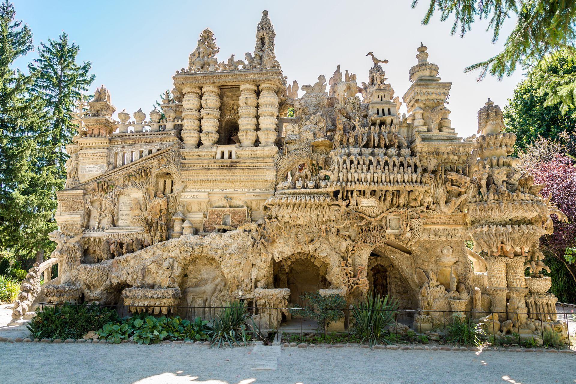 El Palacio Ideal fue construido por Ferdinand Cheval en el siglo XlX