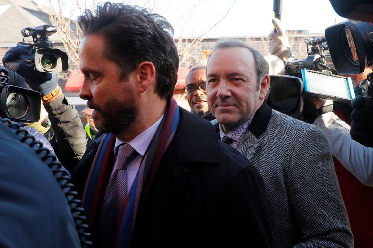 Kevin Spacey al llegar al Tribunal acompañado por su abogado