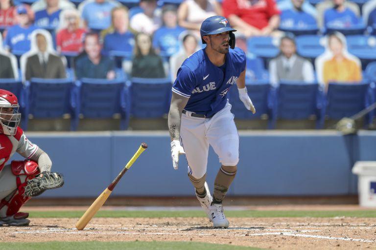 Randal Grichuk pega un doblete de dos carreras por los Azulejos de Toronto en el segundo inning del partido ante los Filis de Filadelfia, el domingo 16 de mayo de 2021, en Dunedin, Florida. (AP Foto/Mike Carlson)
