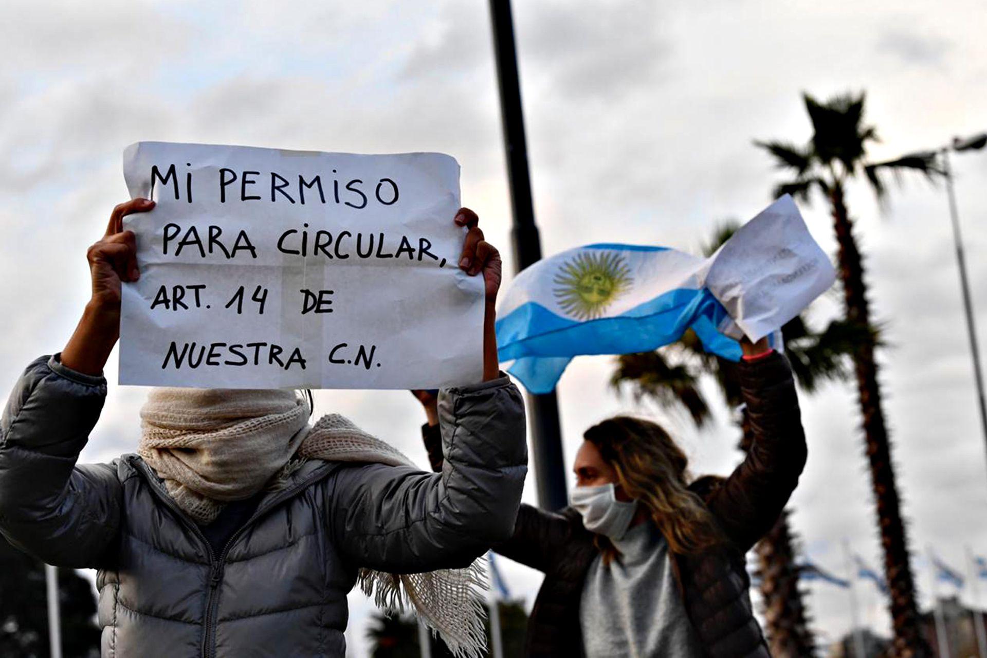Carteles que aluden a la Constitución Nacional, en Tigre