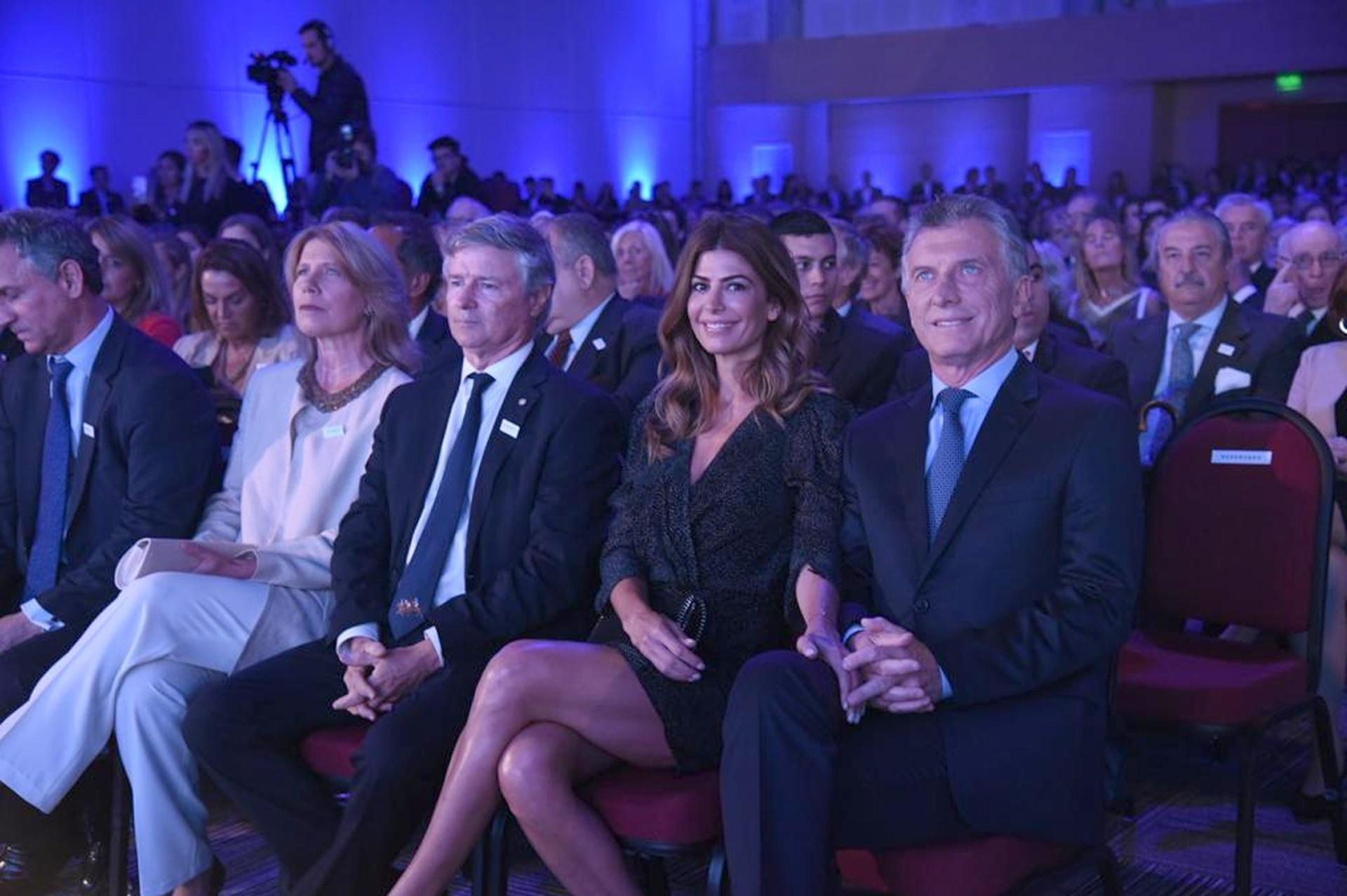El presidente, Mauricio Macri, y la primera dama, Juliana Awada. A su lado, Julio Saguier, presidente de S.A. LA NACION