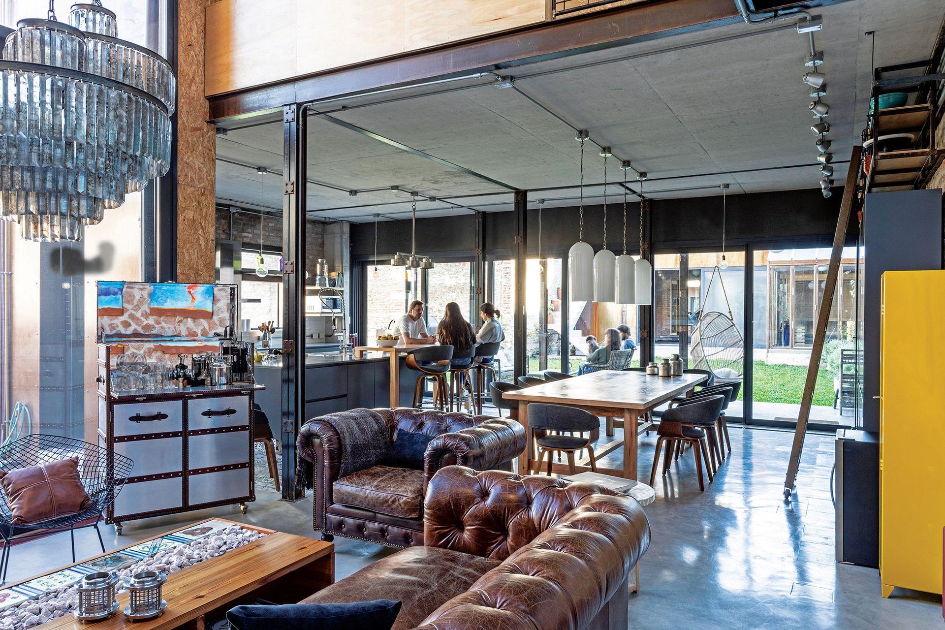En el comedor, lámparas colgantes (Paul French Gallery). Las sillas son modelo Lund (desillas.com).